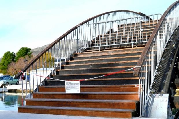 Zatvoren drveni most preko Foše